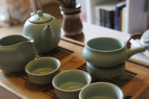 Side on view of Chinese kungfu tea pot and cups