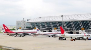 planes at pudong airport