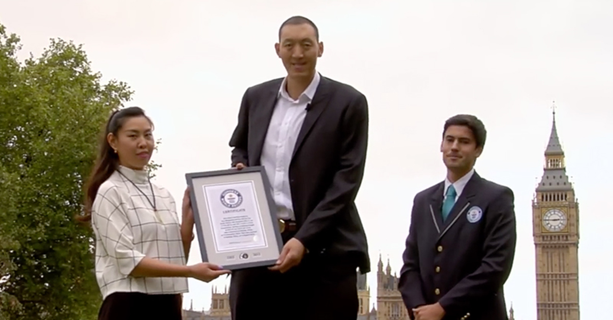 chinese couple receiving their guiness world record certificate