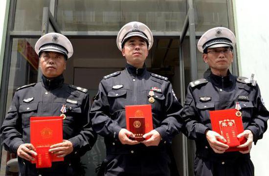 chinese policemen rceiving awards in hangzhou