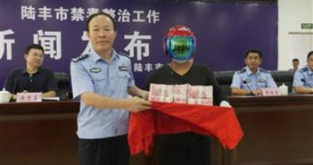 man receiving reward from police in china