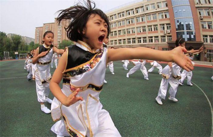 大连一学校的学生课间休息时练武术