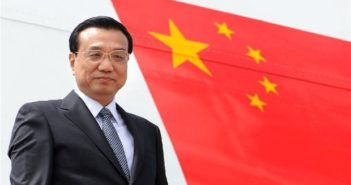 li keqiang next to china flag