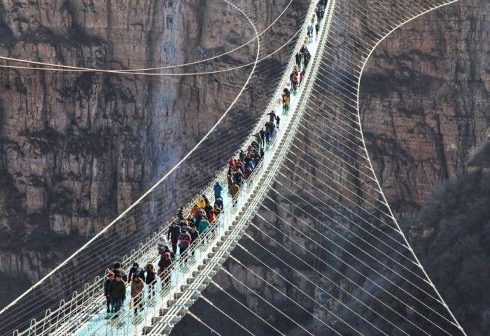 数百游客参观河北省世界最长玻璃栈道