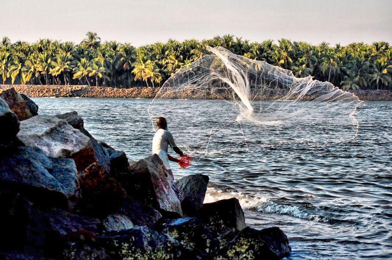 印度渔民从海里捞出塑料垃圾,用来修路