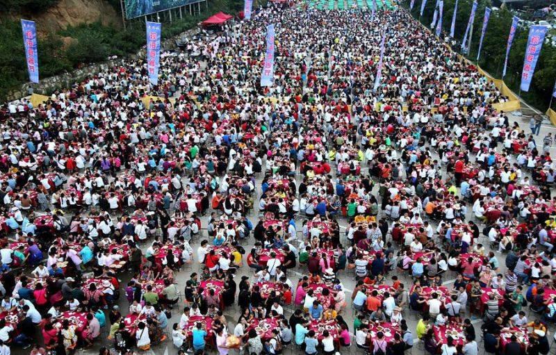 河南两万人一起吃饭