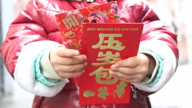 child holding hongbao