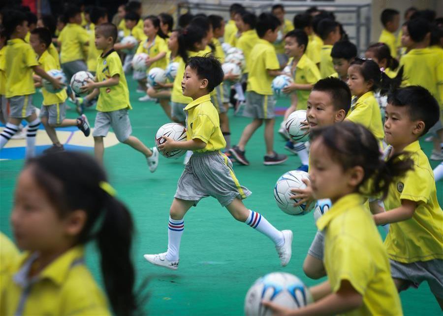 中国幼儿园的孩子开始学习足球