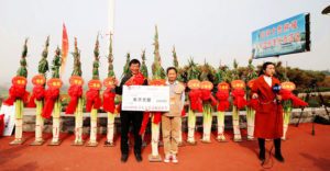farmer receiving prize for tallest chinese onion