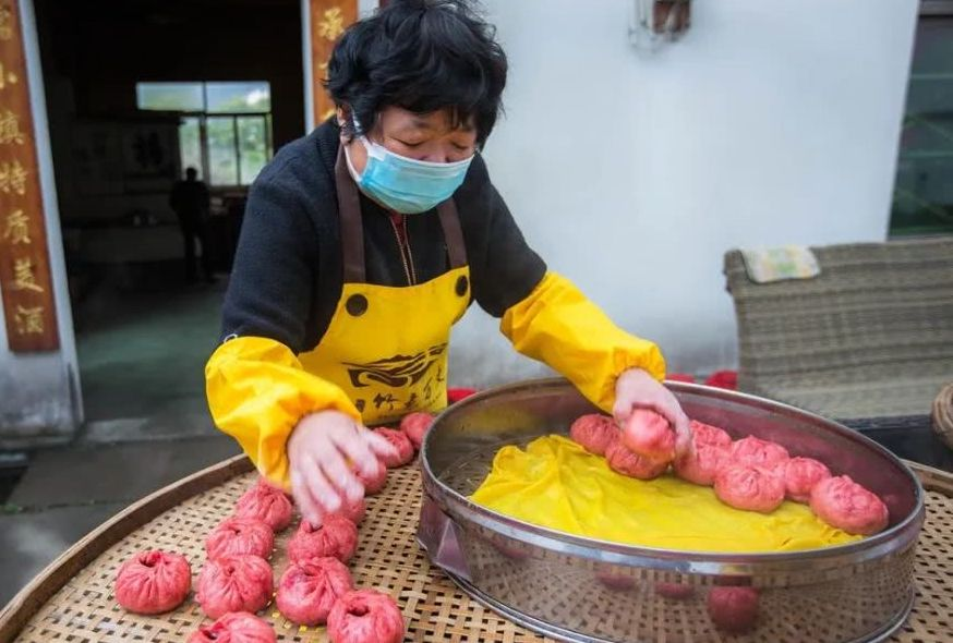 woman preparing baozi in china