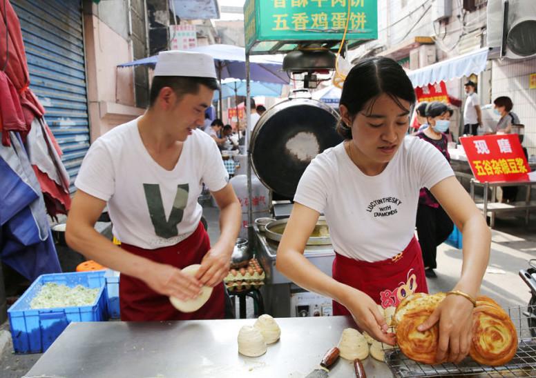 夫妻在西安卖牛肉饼