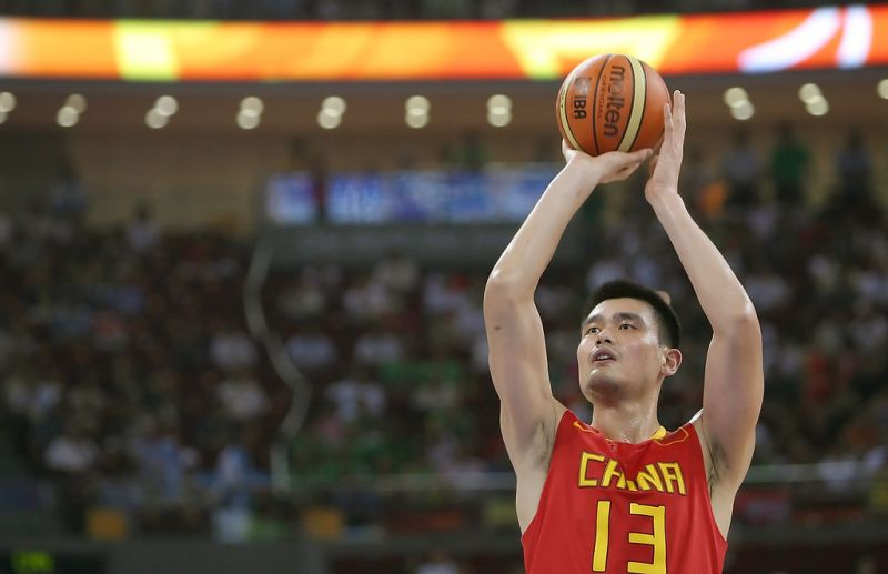 yao ming taking a shot while playing for china