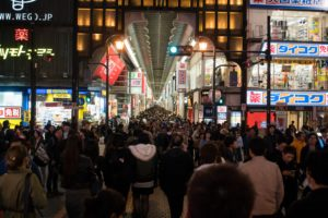 Single's Day : crowd of shoppers in front of a department store