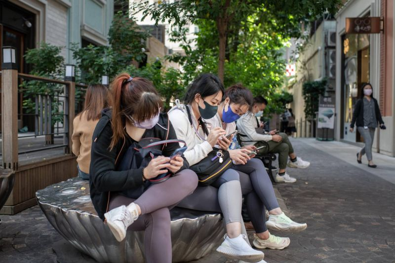 women using mobile phones in china