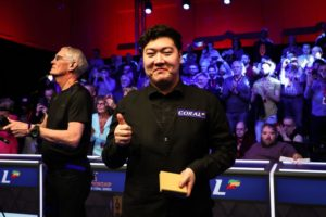 chinese snooker player yan bingtao giving a thumbs up