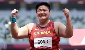 gong lijiao celebrating during shot put event