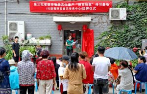 spectators outside house for performance of Shaanxi kuaiban in china